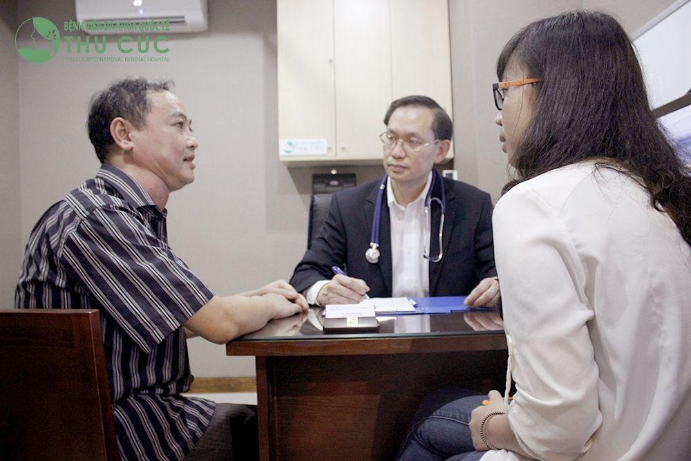 Bác sĩ tư vấn phương pháp chữa bệnh cho khách hàng