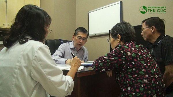 TS.BS Lim Hong Liang đang tư vấn cho bệnh nhân ung thư phổi tại Bệnh viện Thu Cúc.