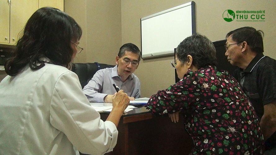 TS.BS Lim Hong Liang đang tư vấn điều trị cho người bệnh