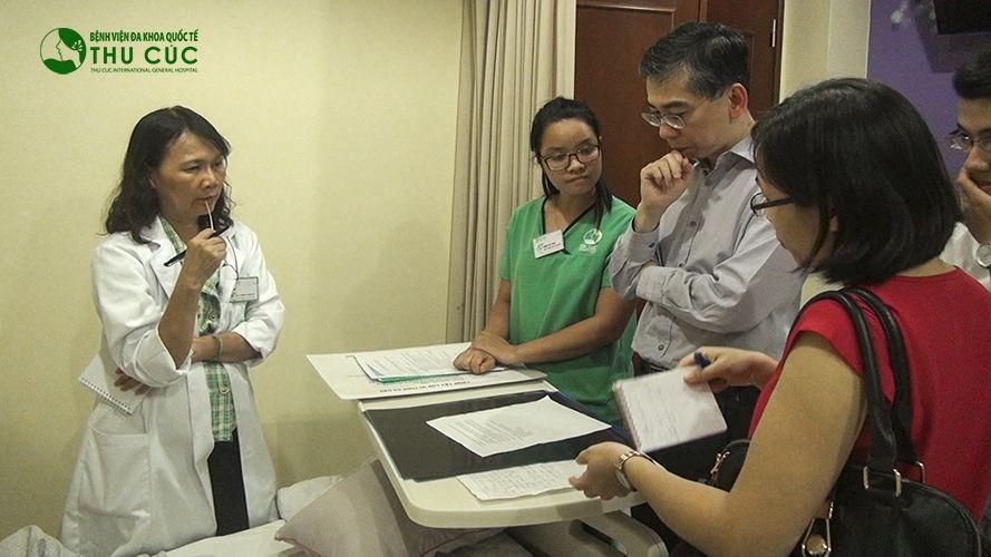 TS.BS Lim Hong Liang (thứ 3 từ phải sang) đang đánh giá sau mỗi đợt điều trị cho bệnh nhân.