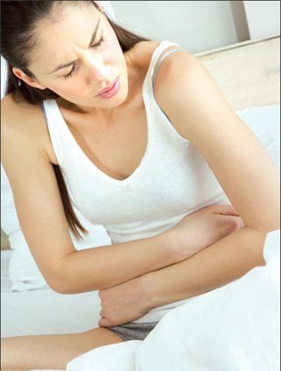 Đau quặn bụng cũng là một hiện tượng dễ nhận biết ung thư đại tràng trái