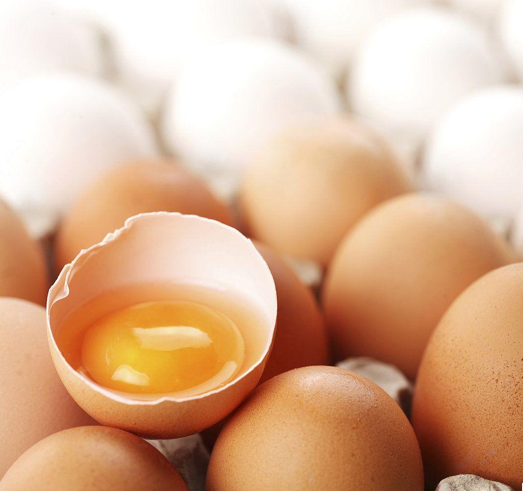 Choline có nhiều trong gan, mầm lúa mì, bông cải xanh, súp lơ, đậu phộng, sữa, thịt, cá và đặc biệt là lòng đỏ trứng.