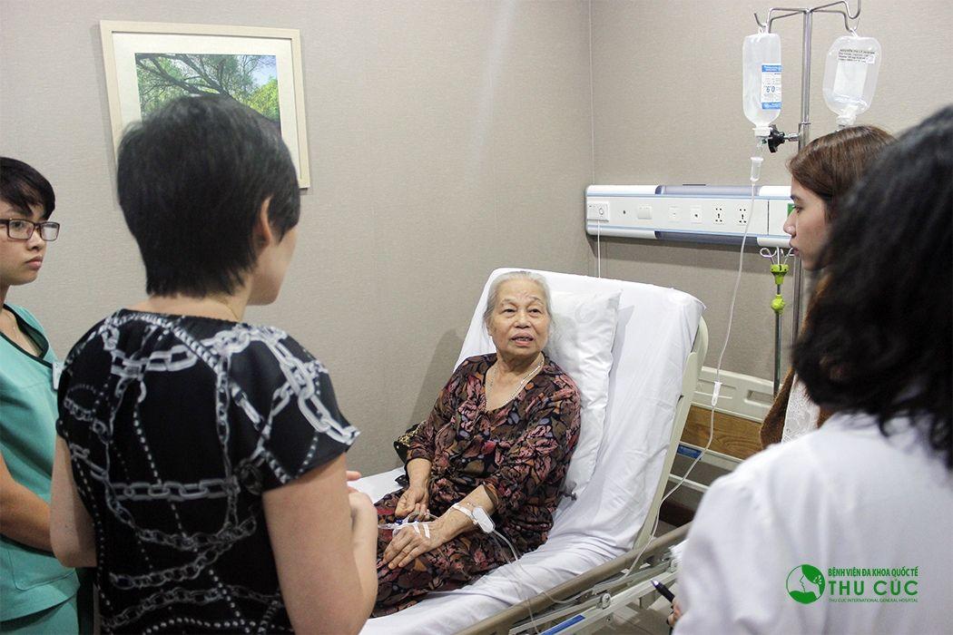 TS. BS Pactricia Kho đang tư vấn điều trị cho người bệnh.