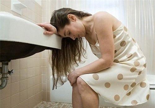 Thay đổi thói quen đi vệ sinh, cảm thấy đau sau khi đi tiêu là dấu hiệu UT hậu môn