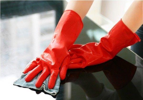 Đeo găng tay, mặc đồ bảo hộ lao động khi tiếp xúc với hóa chất