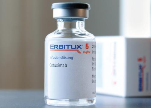 Cetuximab (Erbitux) là một liệu pháp sinh học được cấp phép tại Anh để điều trị ung thư đại trực tràng.
