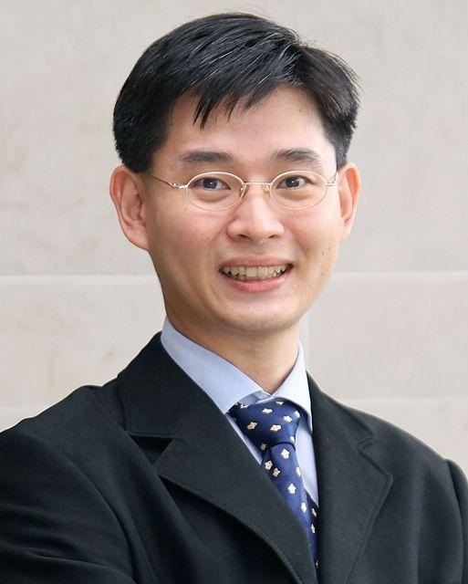 Bác sĩ Zee Ying Kiat - bác sĩ Chuyên khoa Y tế Ung thư Tư vấn tại Viện Ung thư Đại học Quốc gia, Singapore. CHuyên gia điều trị các bệnh ung thư về đường tiêu hóa như ung thư dạ dày, thực quản, gan, tuyến tụy và đại trực tràng.