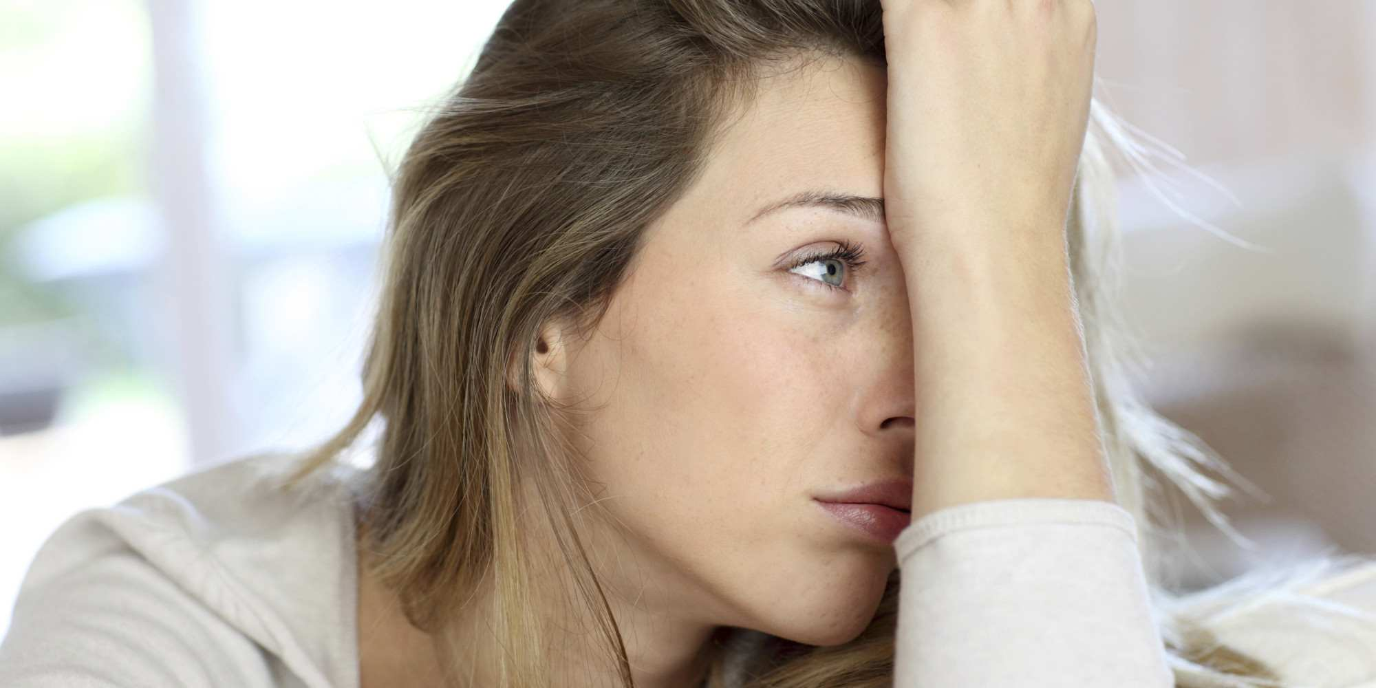 . Hàm lượng canxi cao cũng có thể gây mất nước (do tiểu nhiều) khiến người bệnh cảm thấy mệt mỏi hay buồn ngủ và lú lẫn.