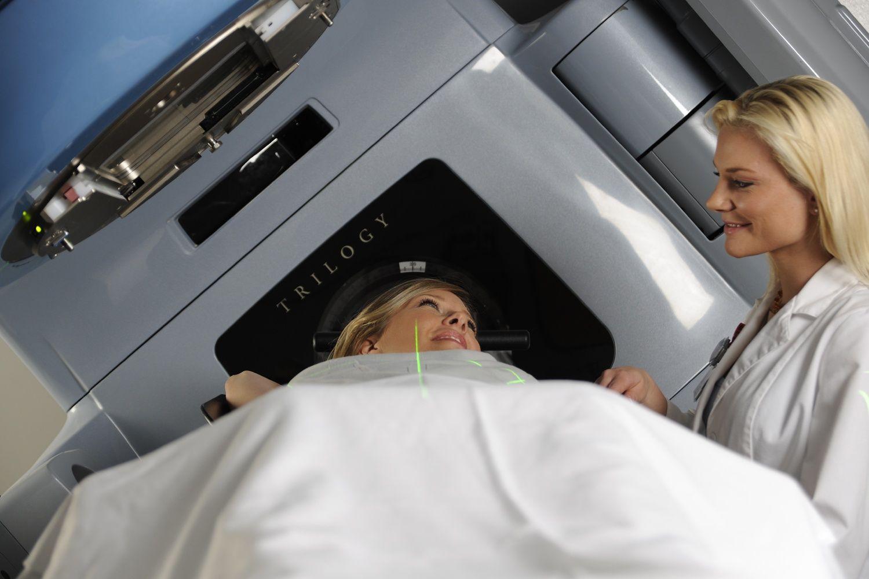 Nếu người bệnh không thể thực hiện phẫu thuật, xạ trị có thể là phương pháp điều trị chính cho ung thư vú tái phát khu vực.