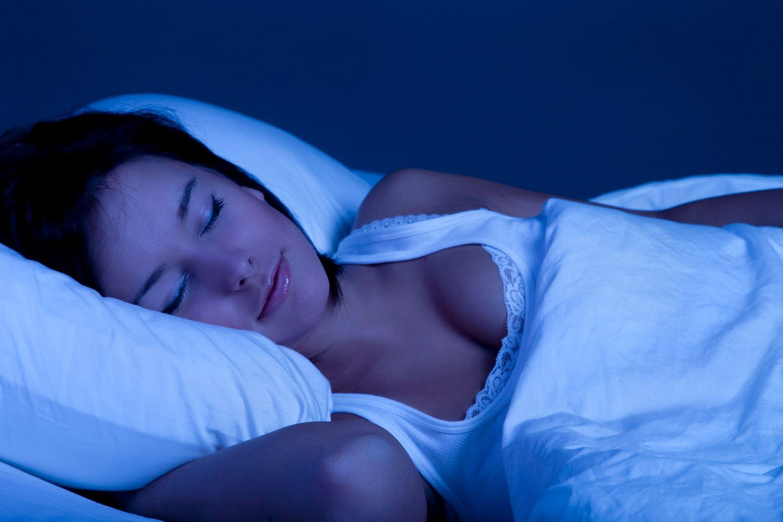 Giữ cho phòng ngủ yên tĩnh, thoáng mát, không chong đèn.