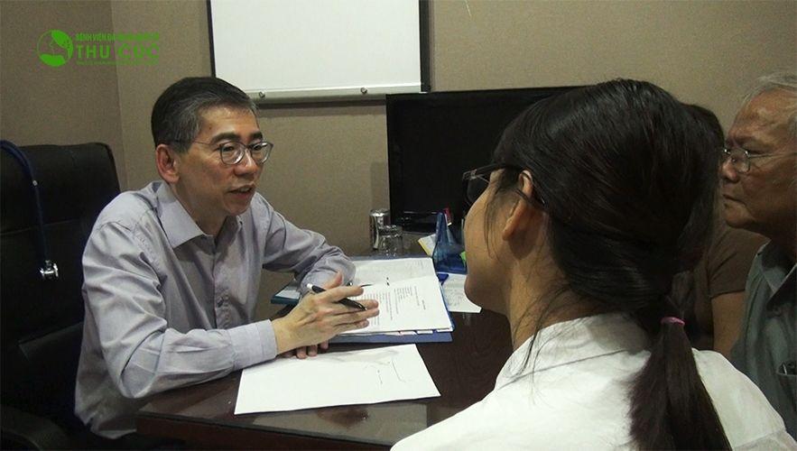 Bác sĩ Lim Hong Liang tư vấn điều trị cho bệnh nhân tại Bệnh viện Thu Cúc.