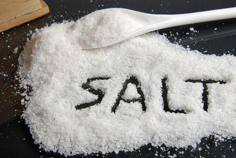 Bệnh nhân ung thư vòm họng không nên ăn thức ăn có nhiều muối.