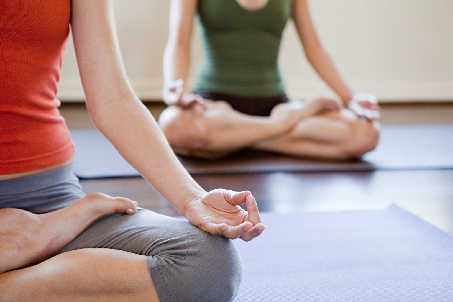 Tập thiền, thư giãn bằng âm nhạc, luyện khí công, yoga cũng là những liệu pháp giúp hạn chế tình trạng mất ngủ ở người bệnh.