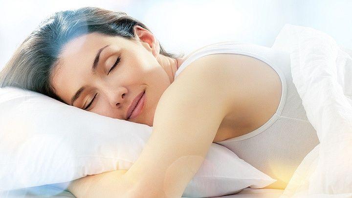 Thiếu ngủ hoặc rối loạn giấc ngủ có thể gây ra những thay đổi trong kích thích tố và ảnh hưởng đến toàn bộ hệ thống. Những thay đổi này có thể dẫn tới sự phá vỡ nhịp sinh học và gây ung thư cho con người. Những người thường xuyên làm ca đêm, thay đổi nội tiết tố trong melatonin dẫn tới nguy cơ mắc một số loại ung thư. Để giảm nguy cơ ung thư, bạn nên ngủ 7-9h mỗi ngày.