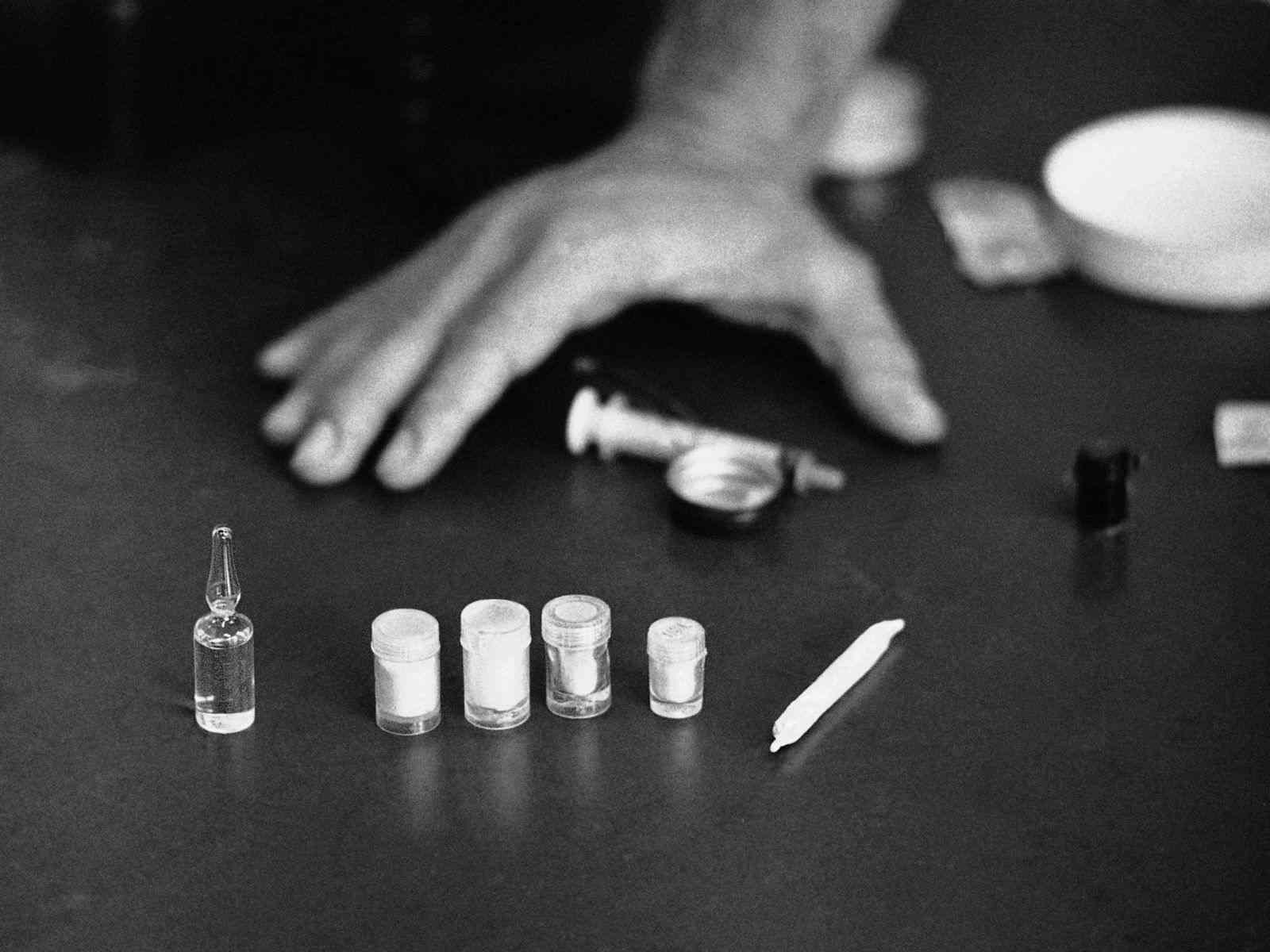 Sử dụng ma túy hay các chất kích thích cũng có thể gây ra tình trạng khạc ra máu vào buổi sáng