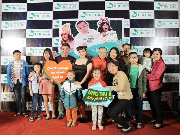 Người dân Lạng Sơn hào hứng khi được chụp ảnh thảm đỏ cùng các nghệ sĩ nổi tiếng