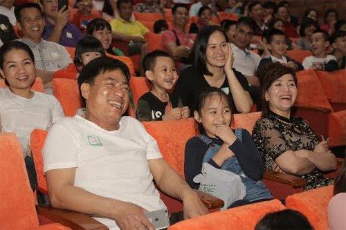 Người dân Quảng Ninh có một buổi tối tràn ngập tiếng với các tiết mục hài đặc sắc của các nghệ sĩ nổi tiếng.