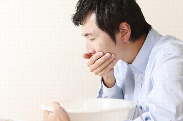 Khi bị đau dạ dày, người bệnh còn có cảm giác buồn nôn hoặc nôn, khó chịu