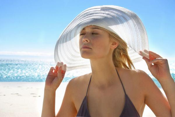Tránh tiếp xúc trực tiếp với nắng mặt trời sẽ phòng tránh nguy cơ mắc các bệnh ung thư như da, lưỡi...