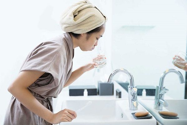 Để phòng viêm amidan cần chú ý vệ sinh họng sạch sẽ hàng ngày và giữ ấm cơ thể khi thời tiết chuyển mùa