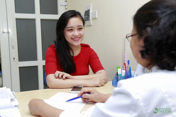Chị em cần đi khám để được bác sĩ thăm khám và tư vấn phương pháp chữa trị phù hợp