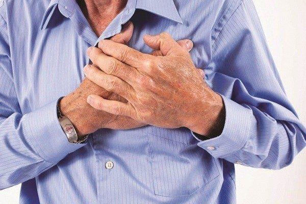 Khi bị tràn dịch màng phổi người bệnh sẽ có triệu chứng đau ngực kèm theo khó thở