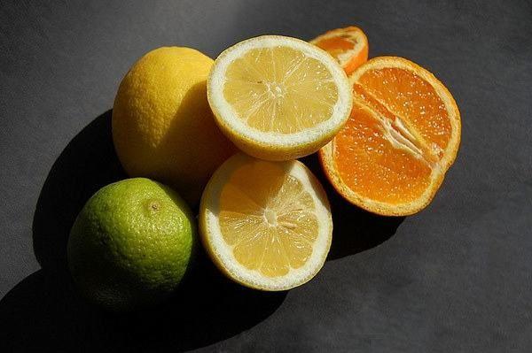 Người bệnh viêm thực quản trào ngược nên tránh ăn những thực phẩm chua như cam, chanh...