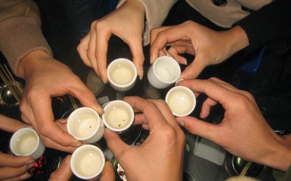 Người bệnh cần tránh những đồ uống chứa chất kích thích như rượu bia, cà phê...