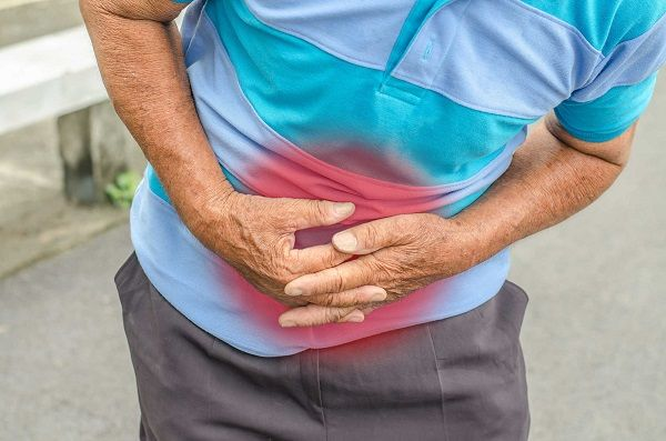 Người bệnh bị thủng dạ dày sẽ có các biểu hiện đau bụng, choáng váng, mệt mỏi...