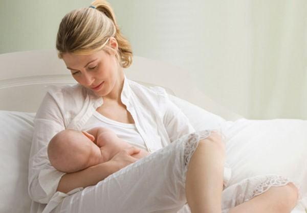 Để phòng viêm phế quản cho trẻ cần giữ ấm cơ thể cho bé và cho trẻ bú sữa mẹ hoàn toàn trong những năm đầu đời