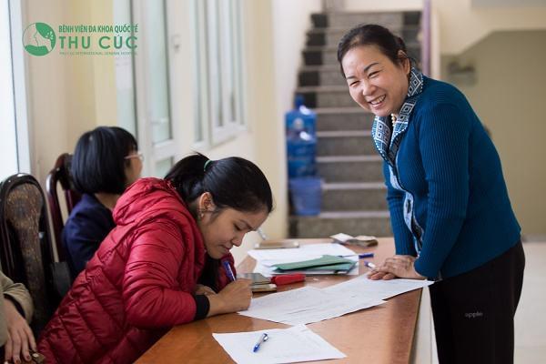Một người dân đang đăng ký thông tin lấy mẫu xét nghiệm