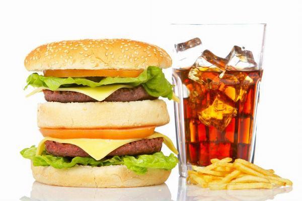Trong khi mắc ung thư vú người bệnh cần kiêng những thực phẩm chế biến sẵn, đồ uống chứa chất kích thích