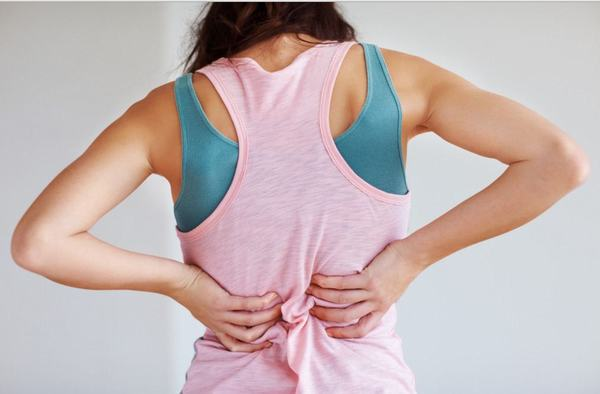 Khi bị u xơ tử cung người bệnh sẽ thấy triệu chứng đau lưng kéo dài, rong kinh