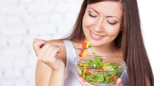 Người bệnh bị u nang buồng trứng nên ăn nhiều rau xanh và các loại trái cây nhiều màu sắc
