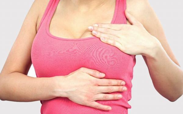 Khi bị u xơ tuyến vú chị em sẽ thấy xuất hiện các triệu chứng như đau, căng tức ở vú