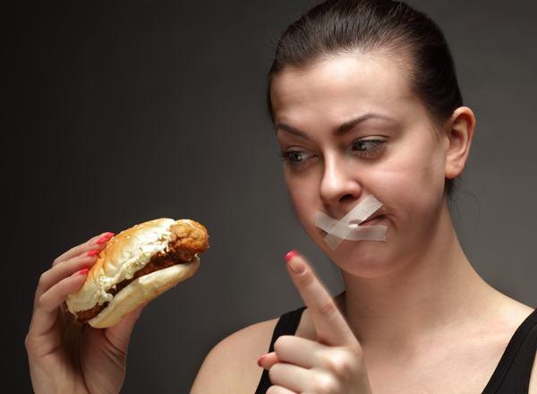 Ăn uống không đúng cách là một trong những nguyên nhân gây viêm thực quản trào ngược