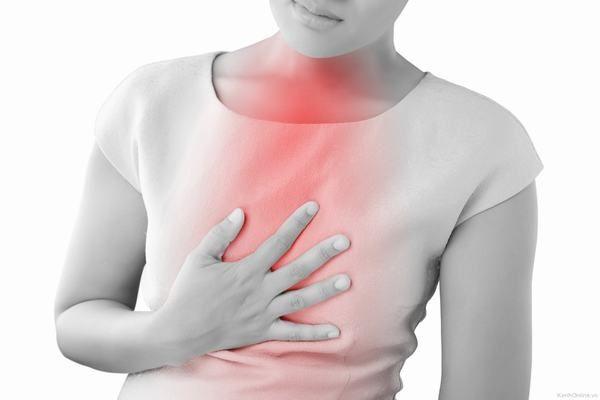 Người bị viêm thực quản trào ngược sẽ có biểu hiện đau họng, nóng rát, buồn nôn....