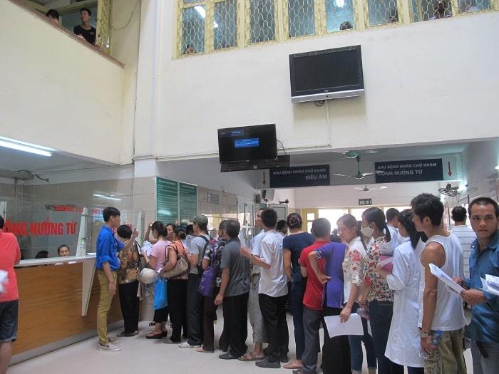Bệnh nhân đến khám tại Bạch Mai rất đông nên phải chờ đợi