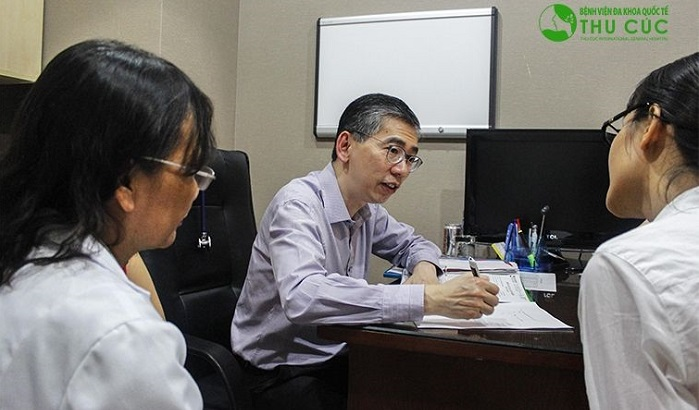 TS. BS Lim Hong Liang đang tư vấn điều trị bệnh cho khách hàng tại bệnh viện Thu Cúc