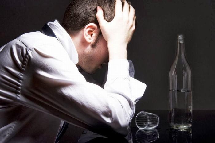 Ngoài ra, thói quen lạm dụng rượu bia cũng khiến nguy cơ ung thư vòm họng tăng cao