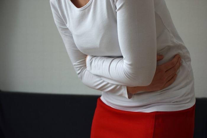 Đau bụng trên là một trong những triệu chứng thường gặp của ung thư dạ dày